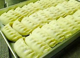 ジャンボ餃子製造中
